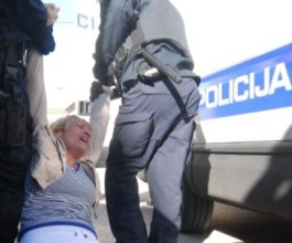 70 interventnih policajaca deložiralo deveteročlanu obitelj Vukić! [VIDEO]